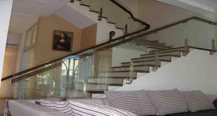 Chiều cao lan can cầu thang kính bao nhiêu là đảm bảo an toàn?