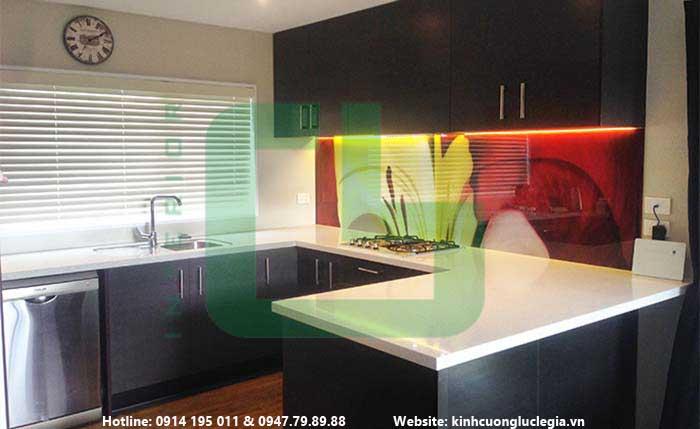 Kính màu ốp bếp giá bao nhiêu, kính màu ốp bếp loại nào tốt