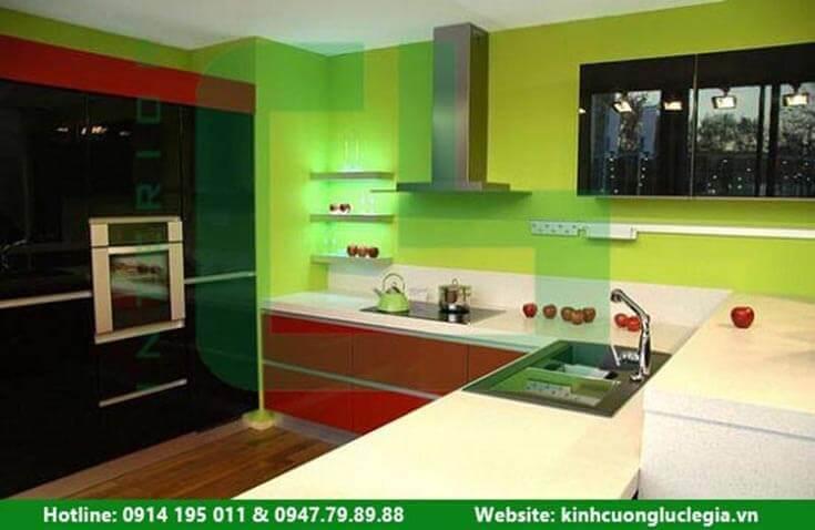 Sự khác biệt giữa kính màu ốp bếp và gạch men ốp bếp