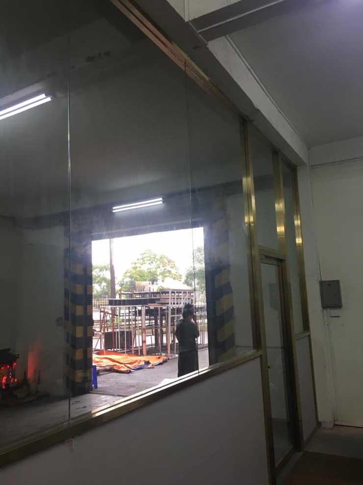 cửa kính cường lực khung inox 3