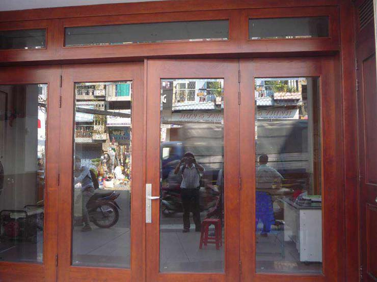 cửa kính cường lực khung gỗ đẹp 1